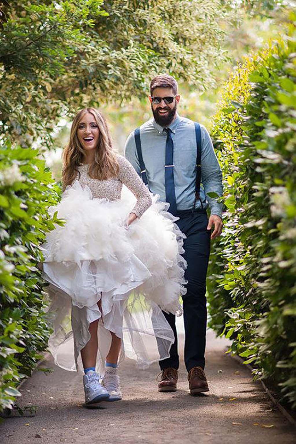 Vestido de novia con zapatos deportivos