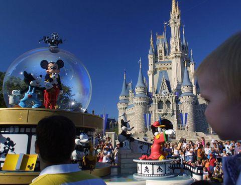 """<p>Sigue siendo el rey. Disney World es el parque más visitado del mundo con más de 20 millones, una auténtica mina de oro para el turismo de Florida. Su extensión es igual que toda la ciudad de San Francisco e incluye cuatro parques temáticos, dos parques acuáticos, seis campos de golf, dos centros comerciales y veinticuatro hoteles. Un imperio que quiere expandirse en China: el pasado 16 de junio inauguraron el Disney Shanghái.</p><p><a href=""""http://disneyworld.disney.go.com/es/"""" target=""""_blank"""">disneyworld.disney.go.com</a></p>"""