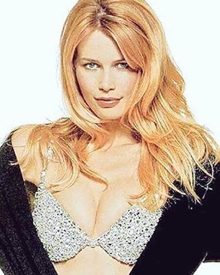 Hair, Blond, Face, Hairstyle, Eyebrow, Layered hair, Long hair, Chin, Beauty, Hair coloring,