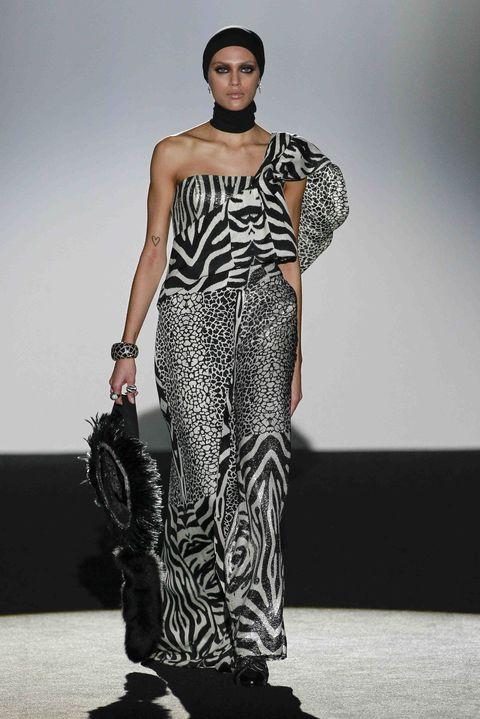 Shoulder, Joint, Fashion show, Fashion model, Style, Runway, Waist, Street fashion, Fashion, Model,