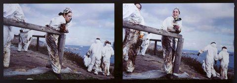 Obra de Allan Sekula: Voluntaria observando, voluntaria sonriendo (isla de Ons, 2002)