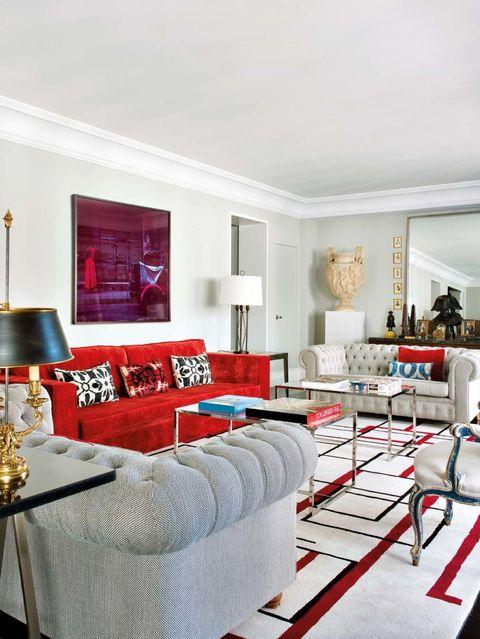 Un piso decorado con obras de arte y antigüedades