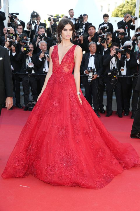 Clothing, Flooring, Event, Dress, Red, Coat, Carpet, Suit, Outerwear, Formal wear,
