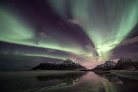 Aurora, Nature, Green, Natural landscape, Atmosphere, Atmospheric phenomenon, Landscape, Horizon, Space, Geological phenomenon,