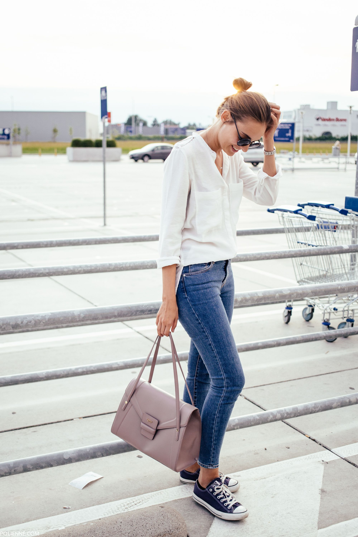 outfit con converse blancas y jeans