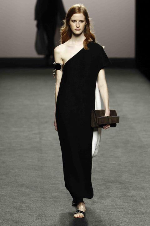 Fashion model, Shoulder, Clothing, Fashion, Runway, Black, Fashion show, Dress, Beauty, Joint,