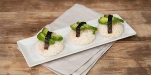 Bocados de arroz, salmón y aguacate