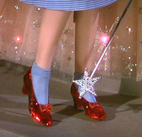 ec61171dd Desde que en 1939 Dorothy de  El Mago de Oz  golpeó tres veces sus  brillantes zapatos rojos diciendo
