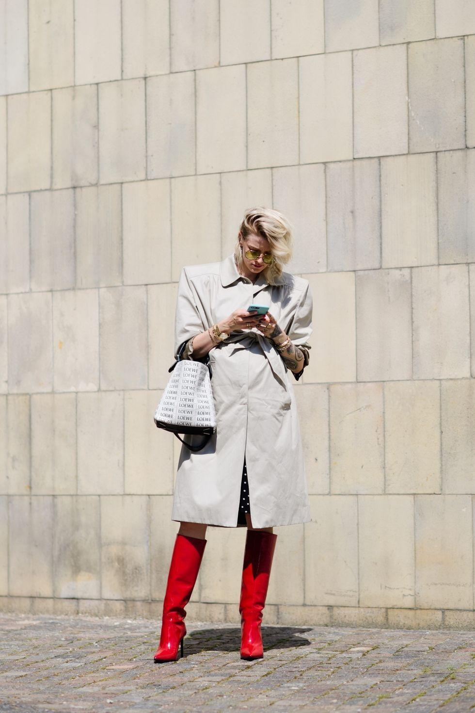 Conjunto formado por gabardina con hombreras y botas altas en color rojo