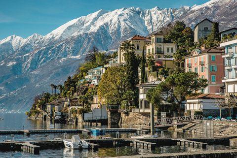 Mountain village, Mountain, Town, Mountainous landforms, Mountain range, Human settlement, Sky, Neighbourhood, Tourism, City,