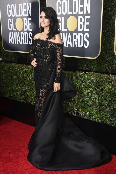 La actriz Penélope Cruz triunfa en los Globos de Oro con un vestido de encaje y transparencias con cola de satén.