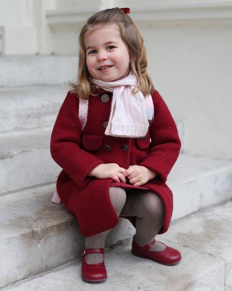 Hoy la Princesa Charlotte empezaba el colegio y el Palacio de Kenshington ha subido las instantáneas de este día a Instagram mostrándonos el look de la pequeña, con abrigo 'made in Spain' de Amaia Arrieta.