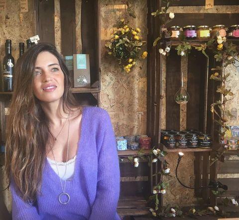 Sara Carbonero se suma a todas esas celebrities que lucen el color de la temporada, el Ultra Violet, con un jersey de punto que ya se ha agotado.