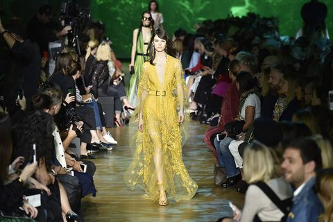 El responsable de Comunicación se encarga de dar a conocer las novedades de una marca de moda.