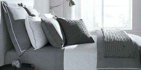 Ropa de cama: sábanas y cojines en tonos grises