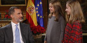 Para el vídeo de los 50 años del rey, Leonor y Sofía llevan botas UGG y vestidos y abrigo de Nanos.