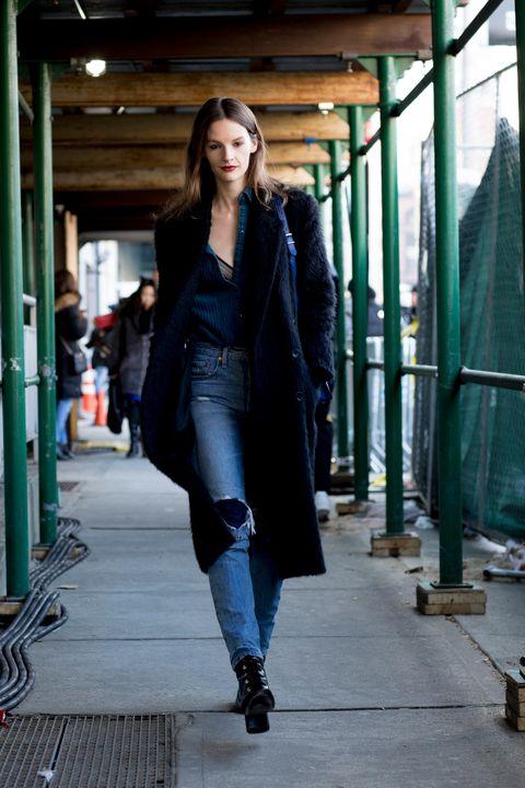 Looks con vaqueros del street style de la Fashion Week de Nueva York para saber cómo llevar los vaqueros.