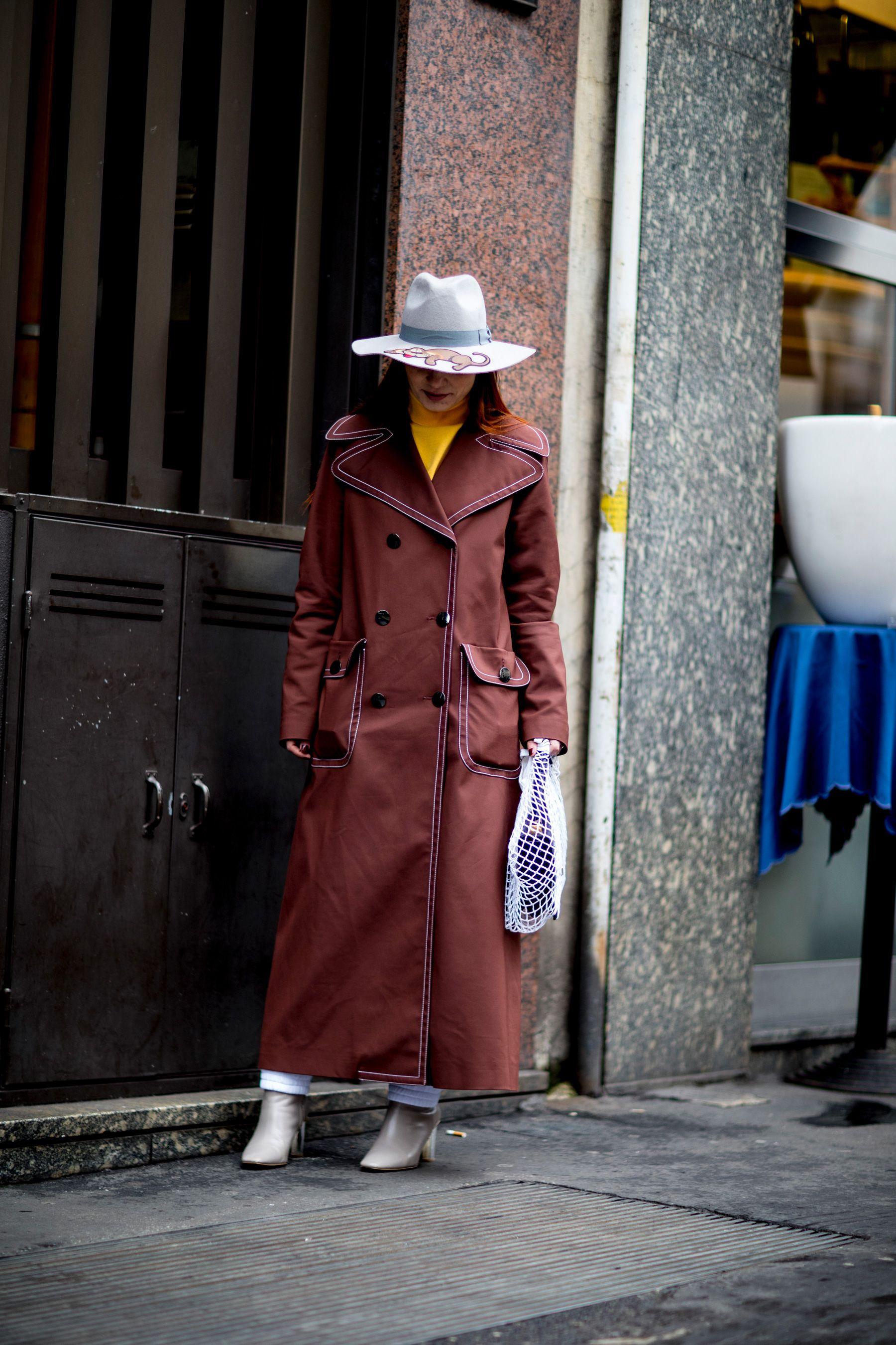 En el street style de Milán, el abrigo largo se vuelve una prenda imprescindible de los looks de las fashionistas.