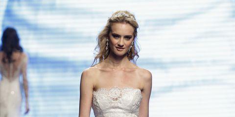 ccab290016d3 L abito da sposa a sirena è una delle tendenze dell estate 2016. Gli  stilisti lo hanno presentato nelle diverse interpretazioni pensate per  assecondare i ...