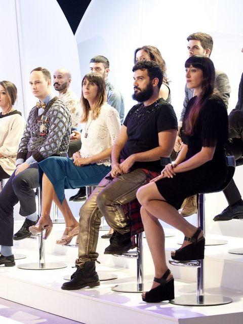 Footwear, Leg, Trousers, Style, T-shirt, Sitting, Fashion, Knee, Conversation, Design,