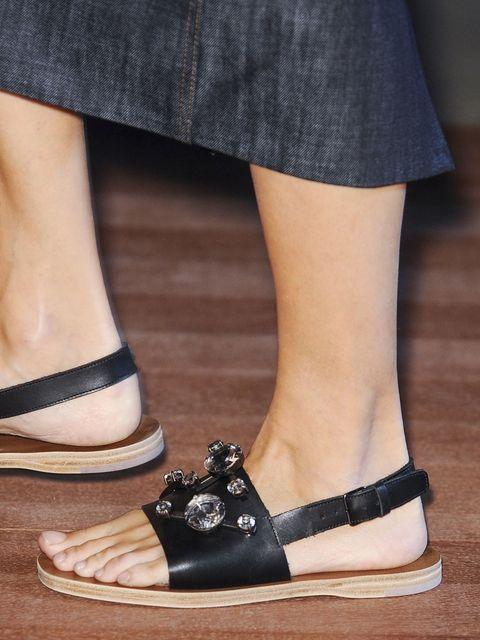 Footwear, Human leg, Shoe, Joint, White, Style, Tan, Street fashion, Fashion, Black,