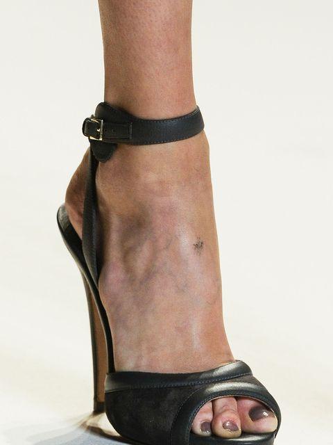 Brown, Human leg, Toe, Joint, Sandal, Organ, Foot, Tan, Fashion, Muscle,