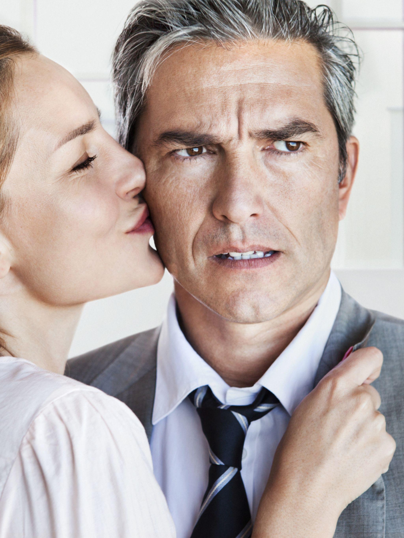 Ragazza più anziana che esce con un ragazzo più giovane
