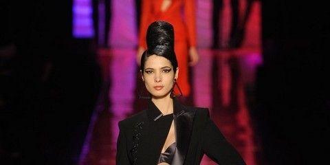 Outerwear, Coat, Fashion show, Style, Fashion model, Runway, Blazer, Fashion, Knee, Street fashion,