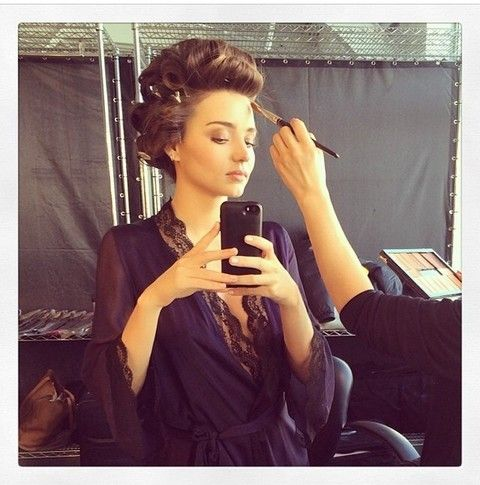 Hairstyle, Hand, Style, Mobile phone, Dress, Beauty, Sitting, Fashion, Long hair, Portable communications device,