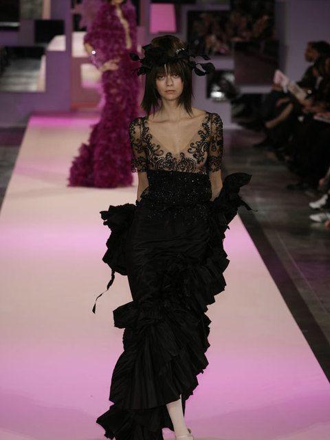 Shoulder, Fashion show, Dress, Style, Fashion model, Waist, Purple, Fashion, Runway, Magenta,