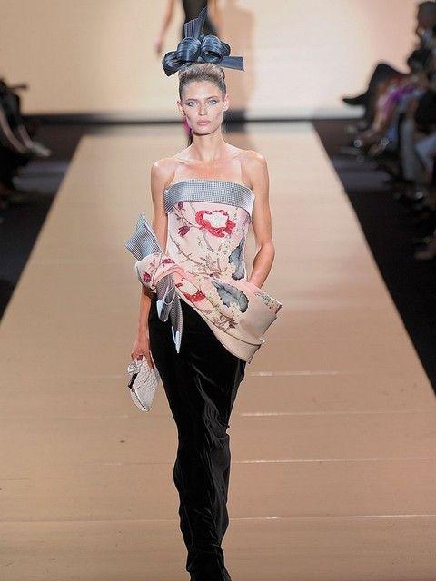 Shoulder, Fashion show, Joint, Style, Waist, Fashion model, Fashion, Youth, Runway, Model,