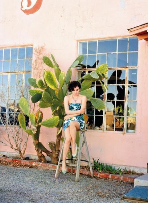 Window, Human leg, Thigh, Knee, Swimwear, Trunk, Waist, Foot, Barefoot, Abdomen,