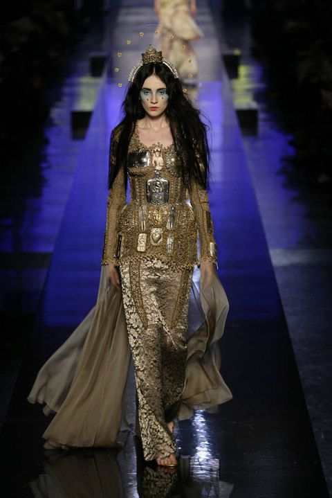 Fashion show, Fashion model, Runway, Fashion accessory, Fashion, Costume design, Dress, Model, Haute couture, Headpiece,