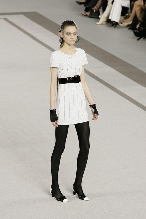 Clothing, Leg, Sleeve, Human body, Shoulder, Human leg, Joint, Standing, Waist, Fashion model,