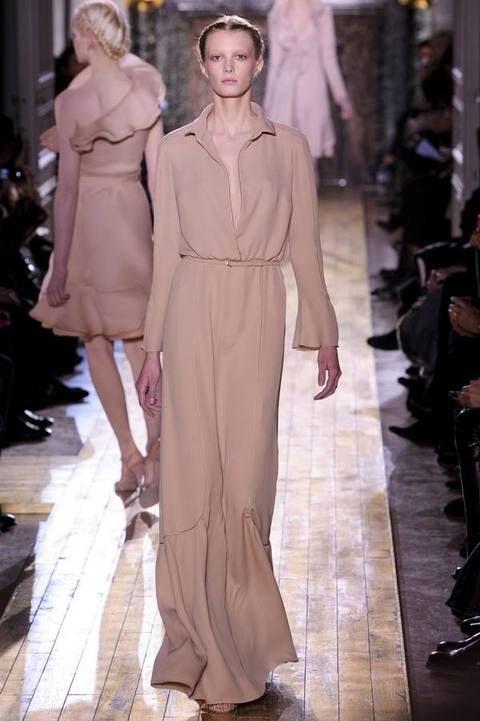 Shoulder, Fashion show, Runway, Dress, Style, Fashion model, Formal wear, Fashion, Waist, One-piece garment,