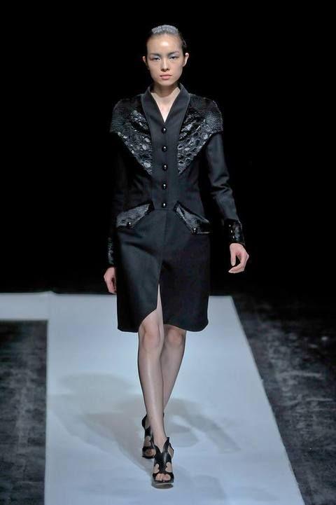 Clothing, Fashion show, Human leg, Shoulder, Runway, Joint, Outerwear, Fashion model, Style, Formal wear,