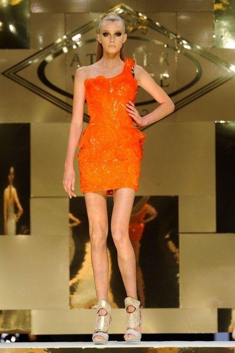 Human leg, Shoulder, Fashion show, Dress, Joint, Fashion model, Style, Runway, One-piece garment, Fashion,