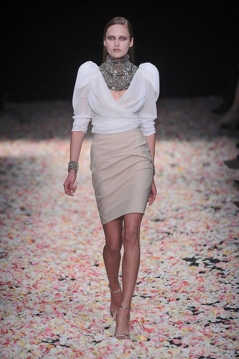 Clothing, Sleeve, Human body, Shoulder, Human leg, Joint, Waist, Style, Fashion model, Fashion show,