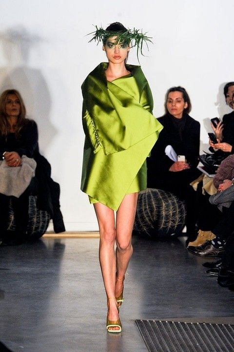 Footwear, Leg, Human, Human body, Shoulder, Human leg, Joint, Fashion show, Style, Fashion model,
