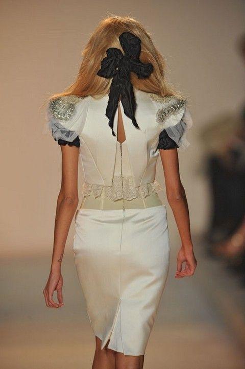 Brown, Sleeve, Human body, Shoulder, Human leg, Joint, Waist, Style, Fashion model, Khaki,