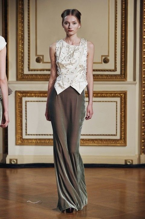 Floor, Shoulder, Flooring, Textile, Joint, Style, Formal wear, Fashion model, Waist, Beauty,