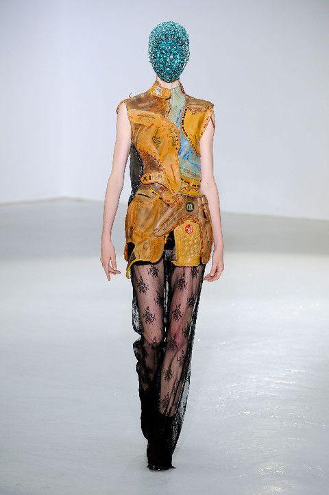 Human body, Human leg, Shoulder, Joint, Standing, Waist, Knee, Fashion show, Runway, Thigh,