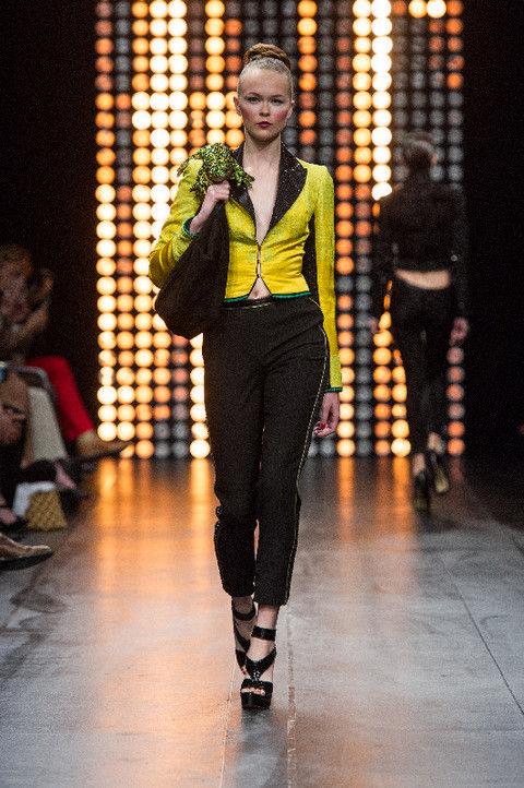 Human body, Outerwear, Fashion show, Style, Street fashion, Knee, Fashion model, Jewellery, Runway, Fashion,