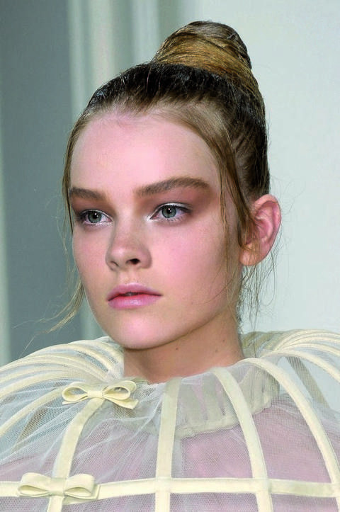 Lip, Hairstyle, Forehead, Eyebrow, Eyelash, Style, Organ, Iris, Beauty, Headgear,
