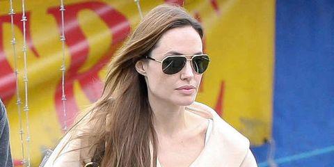 7f2ef4d752 Il segreto dei look delle star? È nei dettagli, of course! Lo sa bene Angelina  Jolie che anche nello street style quotidiano sfoggia accessori da vera  fuori ...