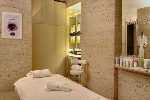 Interior design, Property, Room, Wall, Bed, Linens, Bedding, Tile, Plumbing fixture, Bed sheet,