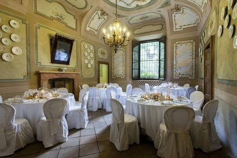 Tablecloth, Room, Interior design, Textile, Furniture, Table, Linens, Ceiling, Dishware, Function hall,