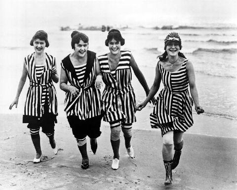 Foto vintage di donne al mare in costume da bagno tra bikini e ...
