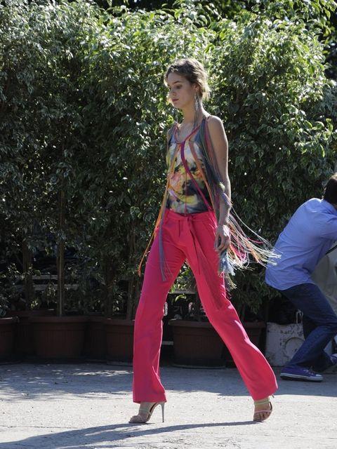 Shoe, Active pants, Waist, sweatpant, Sleeveless shirt, Knee, Street fashion, Trunk, Performance art, Active tank,