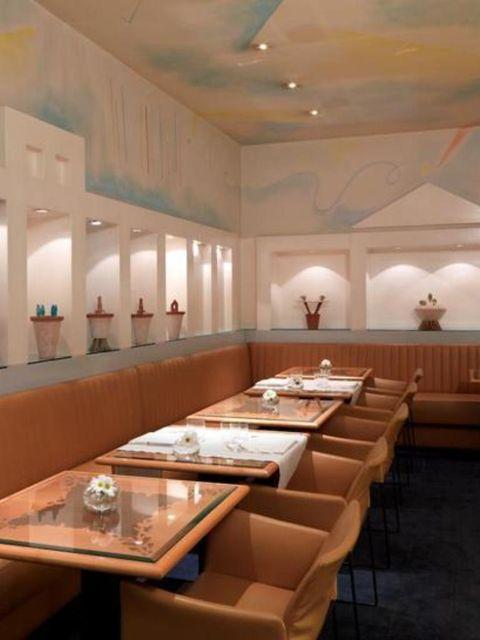 Interior design, Room, Ceiling, Table, Interior design, Hall, Flowerpot, Houseplant, Light fixture, Restaurant,